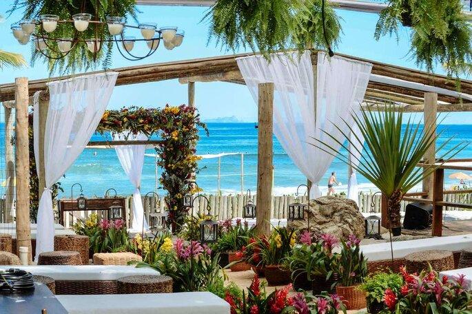 """Piso de areia, decks, pedras roladas, canoas, coqueiros e todo o ambiente propício para o casamento 'pé na areia'"""""""