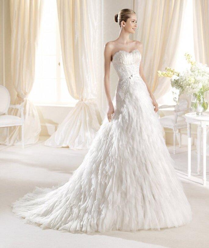 Vestido de novia con escote strapless y falda amplia con cauda larga - Foto La Sposa