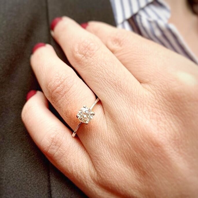 Juan Felipe Ramirez Jewelry Mujer con anillo de compromiso Bogotá