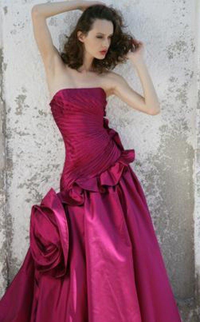 Abito sena bretelline, color vinaccia, con applicazione laterale di rose in tinta