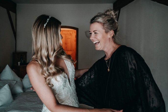 Getting Ready Braut mit Hochzeitsplanerin