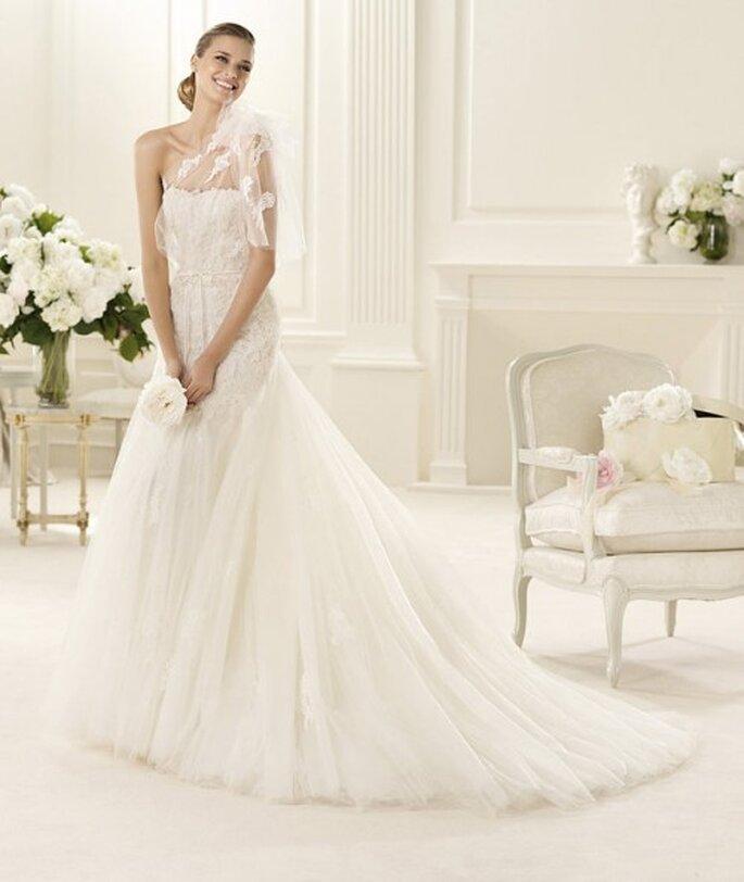 Vestido de novia con detalles bordados y transparencias en los hombros - Foto Pronovias 2013
