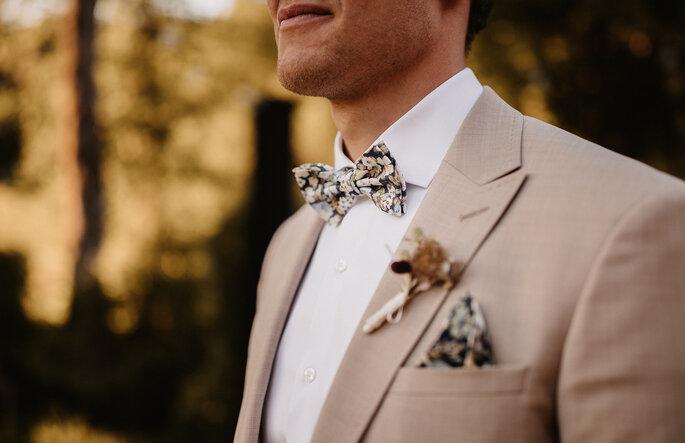 Bräutigam mit Fliege und anzug in Beige