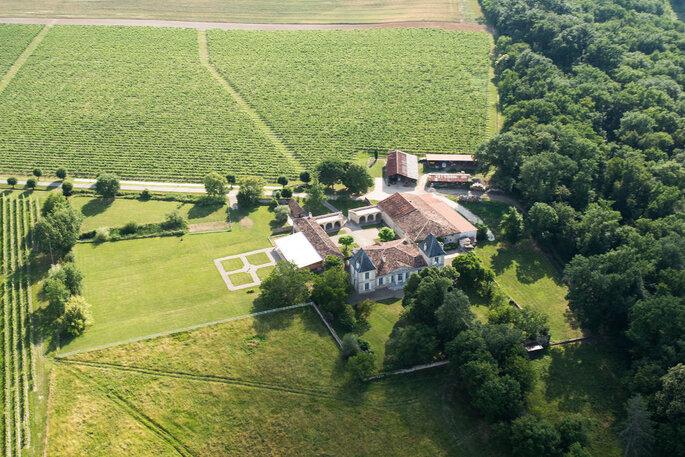 Vue aérienne du Château La Hitte où l'on distingue le parc arboré et les vignes qui l'entourent