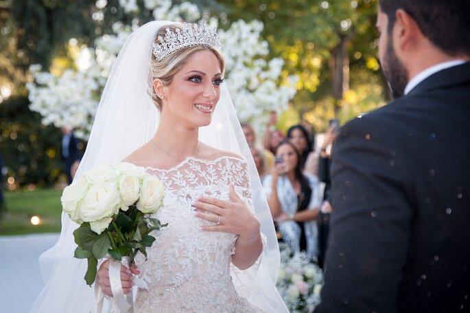 La mariée émue lors de la cérémonie regarde son mari dans les yeux en souriant
