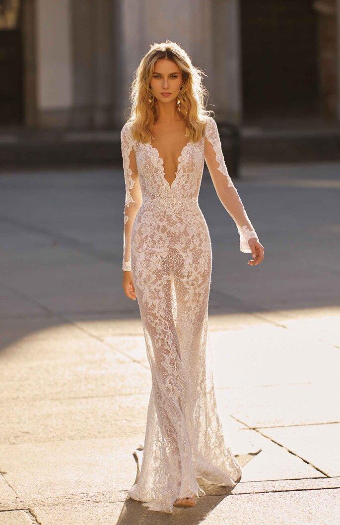 Vestido de novia con transparencias y escote V profundo, manga larga