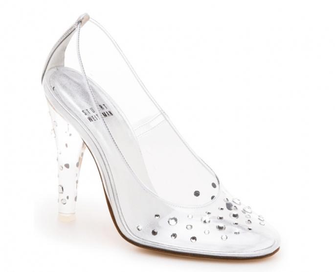 Zapatilla de novia inspirada en La Cenicienta con cristales en el empeine y tacón - Foto Stuart Weitzman