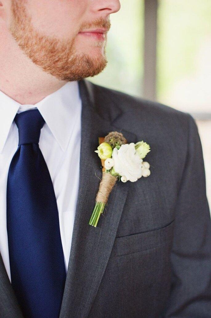 El boutonniere puede seguir la misma estética de tu ramo de novia - Foto The Reason