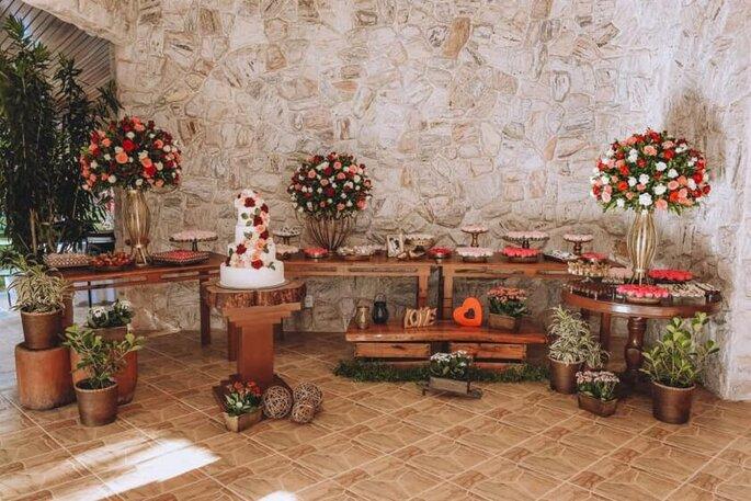 Mesa de bolo e doces da Casa das Pedras