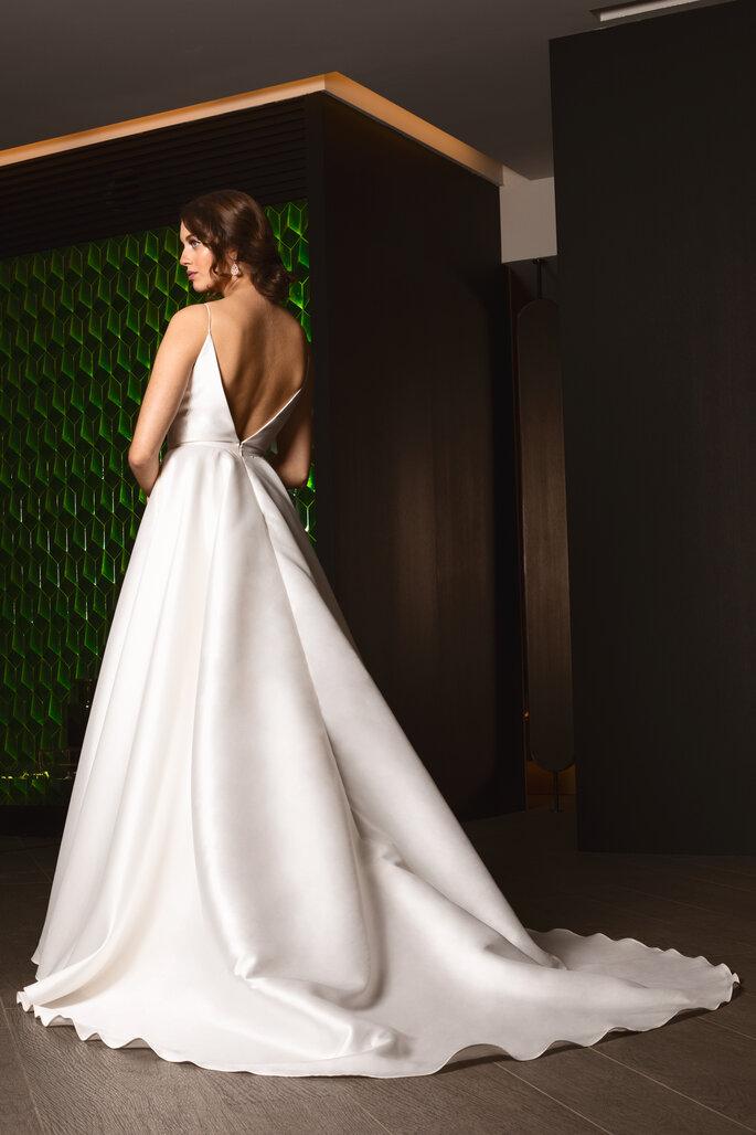vestido princesa com decote em V nas costas