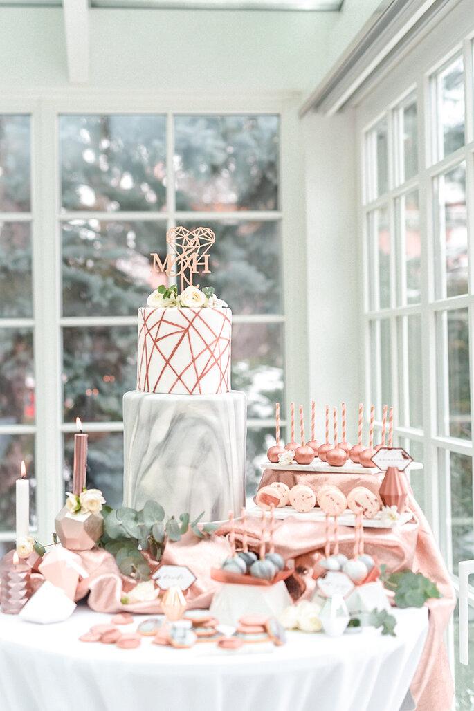 Mesa dulce decorada con figuras geométricas