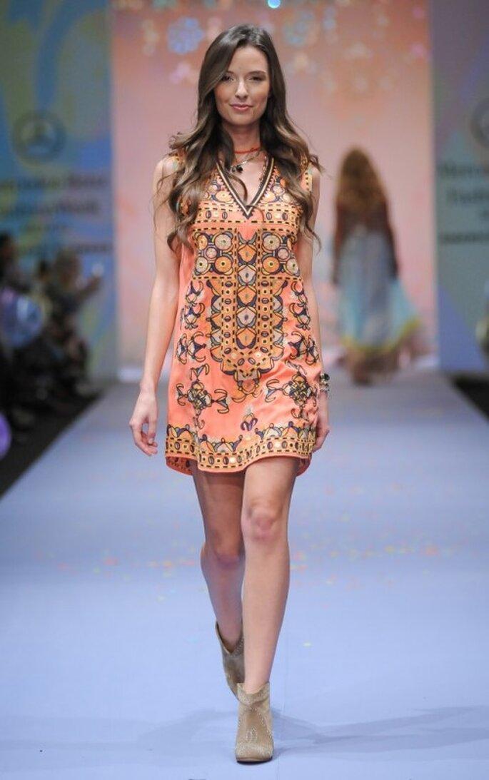 Vestido corto con estampado multicolor estilo bohemio - Foto Mercedes Benz Fashion Week México