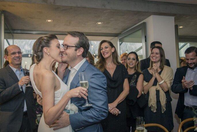 Casal durante uma festa de noivado