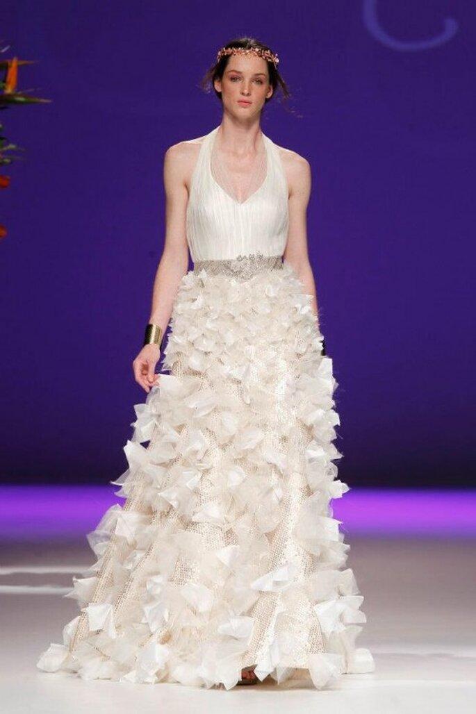 Vestido de novia 2013 con escote halter y falda con relieves florales - Foto Carla Ruiz Facebook