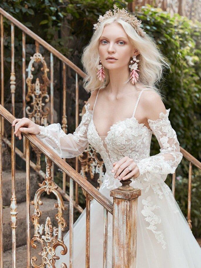 Maggie Sottero vestido de novia en corte princesa de manga largas tipo obispo, con organza y bordado, tirantes, y escote en forma de corazón.