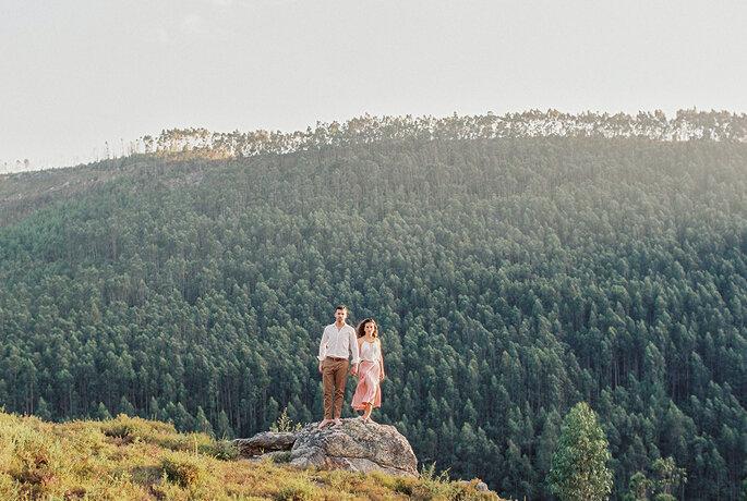casal em cima de uma rocha com eucaliptal ao fundo