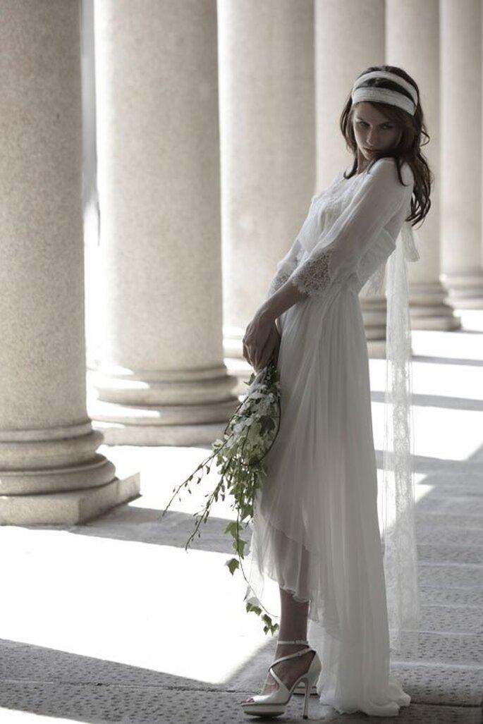 Vestido de novia en color blanco con mangas tres cuartos y falda high-low - Foto Alberta Ferretti
