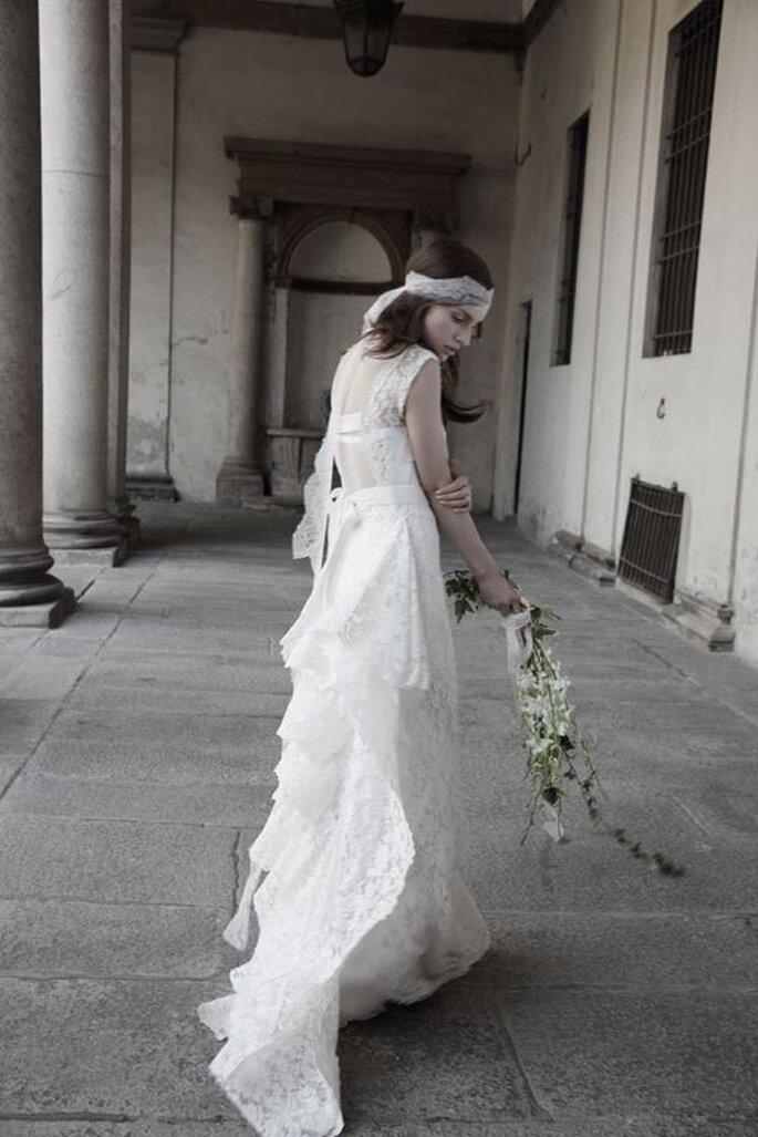 Vestido de novia 2014 en color blanco con capeado de encaje en la cauda - Foto Alberta Ferretti