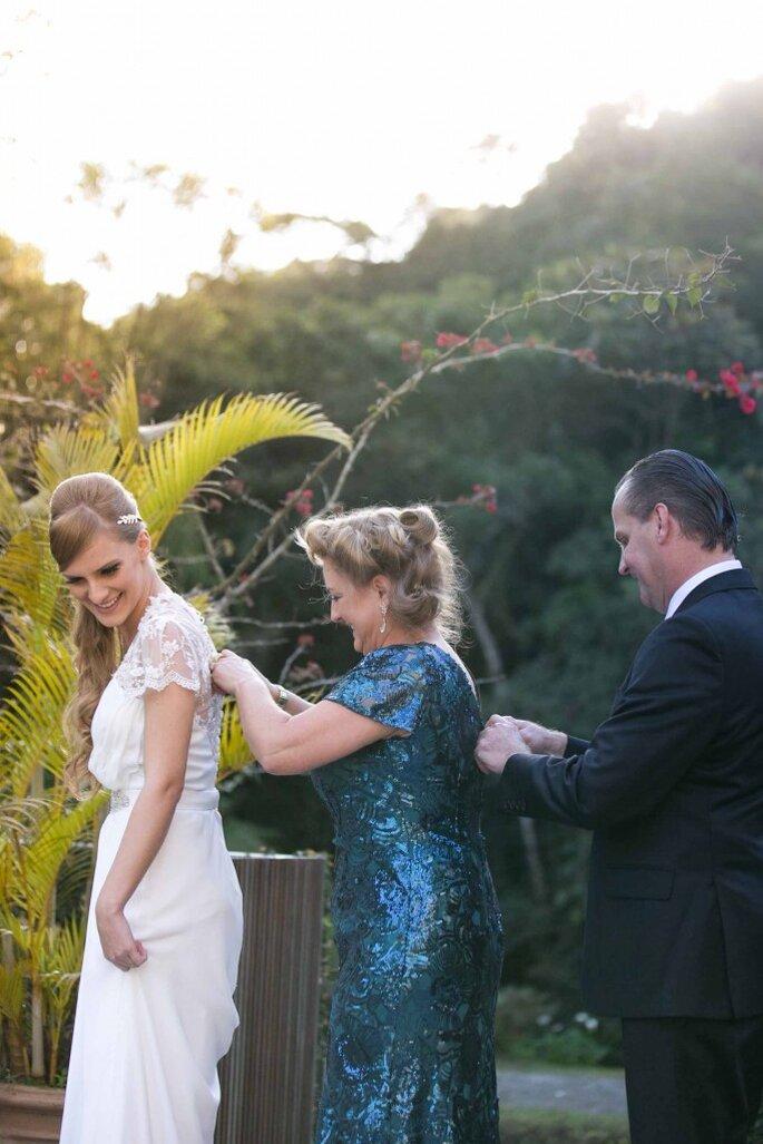 Pais da noiva ajustam vestido antes da cerimônia