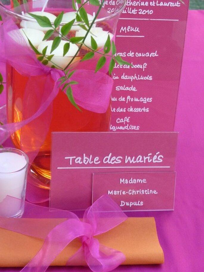 Bougies et photophores donnent une touche poétique à la décoration de mariage. - Photo : Mariage Hors Série