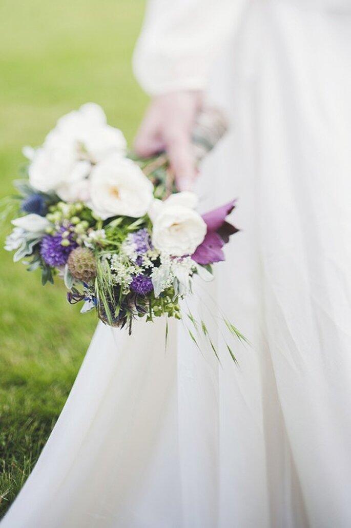 Bouquet de la mariée : On ose le mélange de fleurs moins classiques - Photo Marion Heurteboust - Mariage Carnets de Mariage