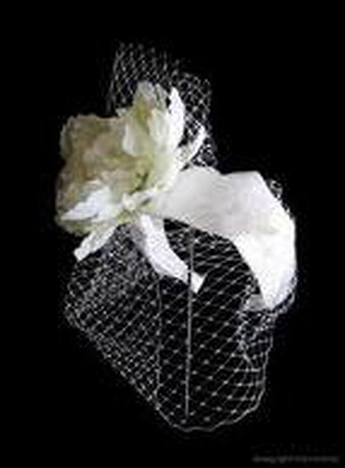 Tiara en blanco, con importante flor y redecilla para lucir con pelo suelto