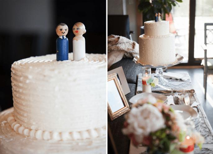Elige muñecos o adornos originales para darle personalidad a tu pastel - Foto Heather Bayles Photography