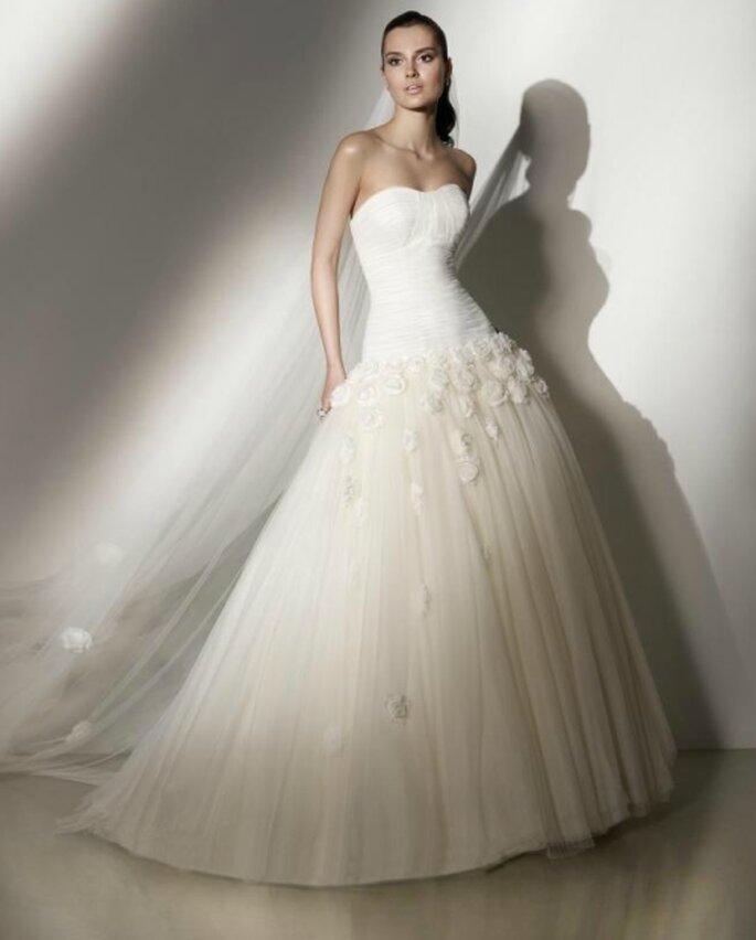 Vestido de novia corte princesa, strapless y falda con apliques florales. Pepe Botella