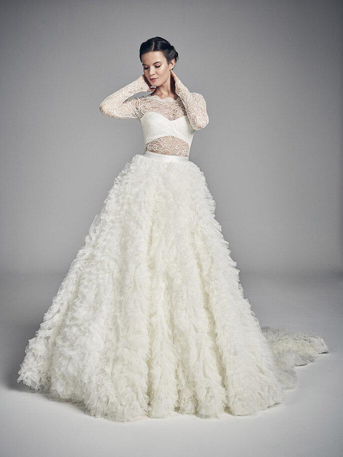 Vestido de novia dos piezas con blusa de encaje y falda voluminosa