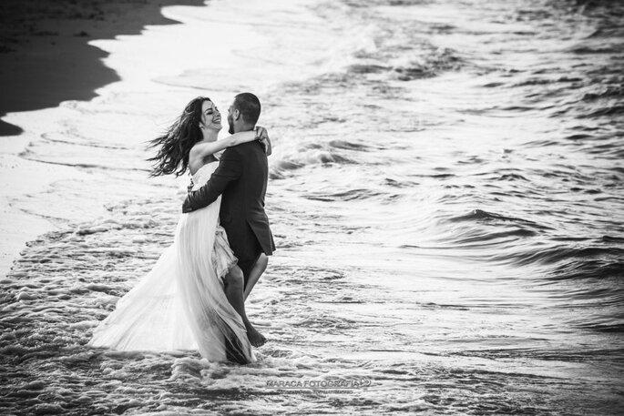 Scatto bianco e nero, coppia in riva al mare
