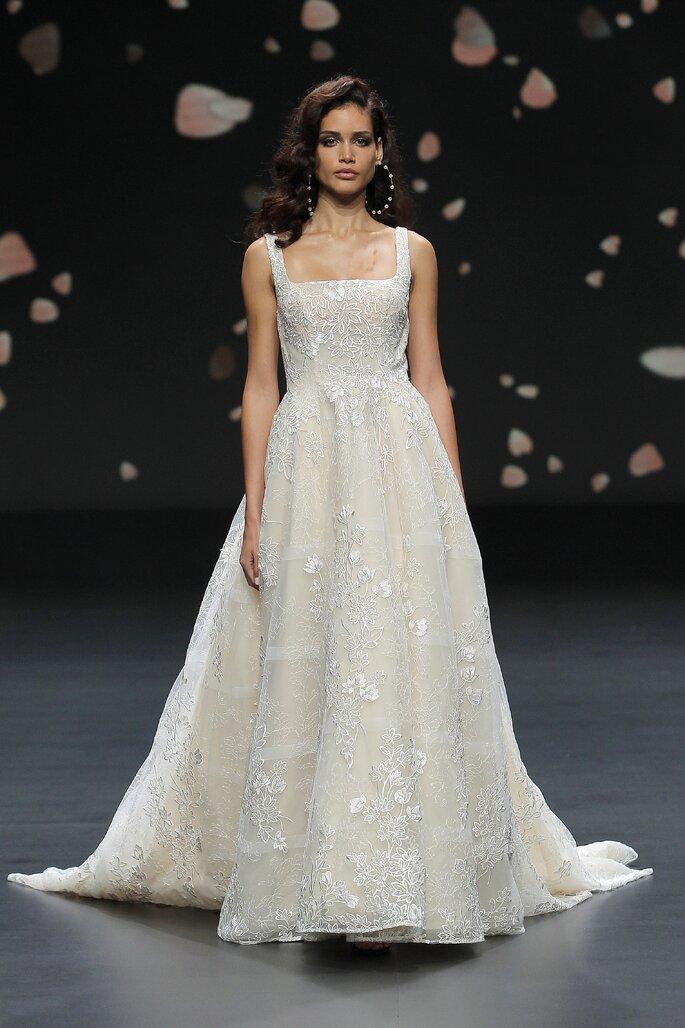 Vestido de novia con escote cuadrado con tirantes gruesos de corte de princesa con falda bordada