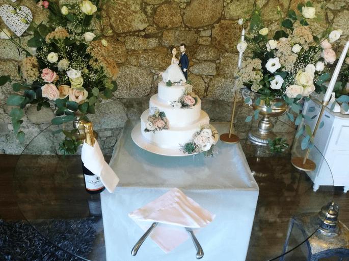Quinta São Miguel de Arcos. Mesa com bolo. Topo de bolo.