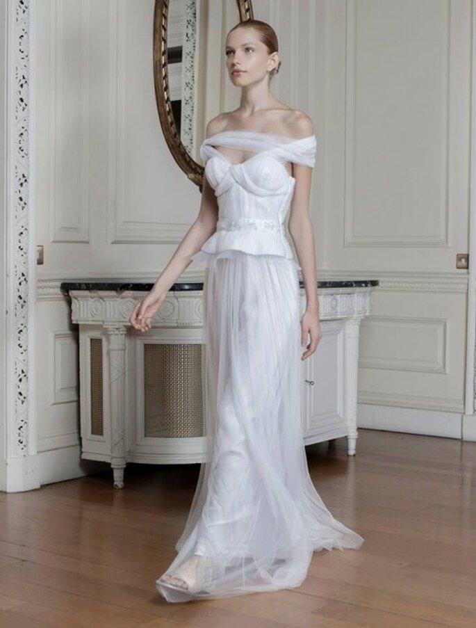 Vestido de novia con escote cruzado, silueta peplum y falda de tul de seda - Foto Sophia Kokosalaki