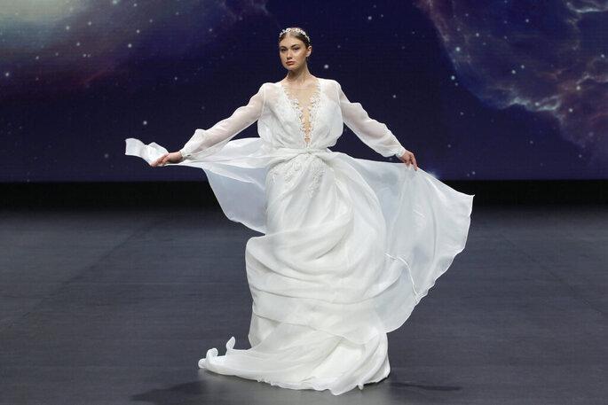 Vestido de novia vintage de tela satinada, mangas largas, escote en pico
