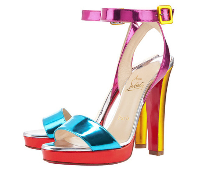 Llamativas sandalias altas en tonos vibrantes de Christian Louboutin