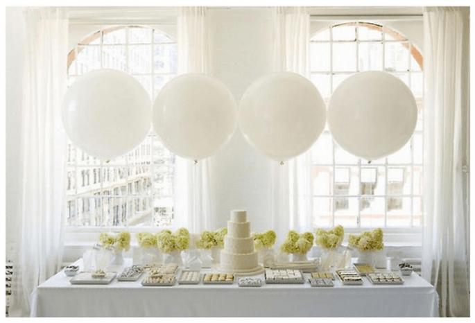 Decoración de boda con globos en la mesa de postres - Foto Amy Atlas