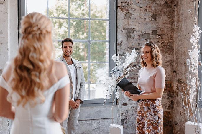 Brautpaar mit Traurednerin