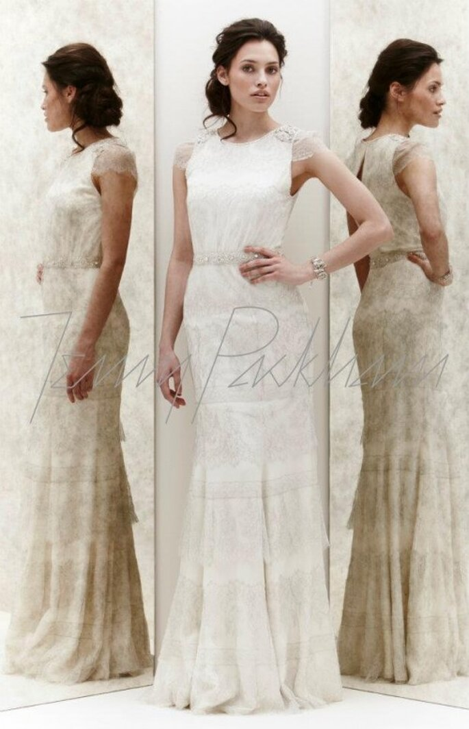 Vestido de novia con encaje, cinto y accesorio en los hombros - Foto Jenny Packham