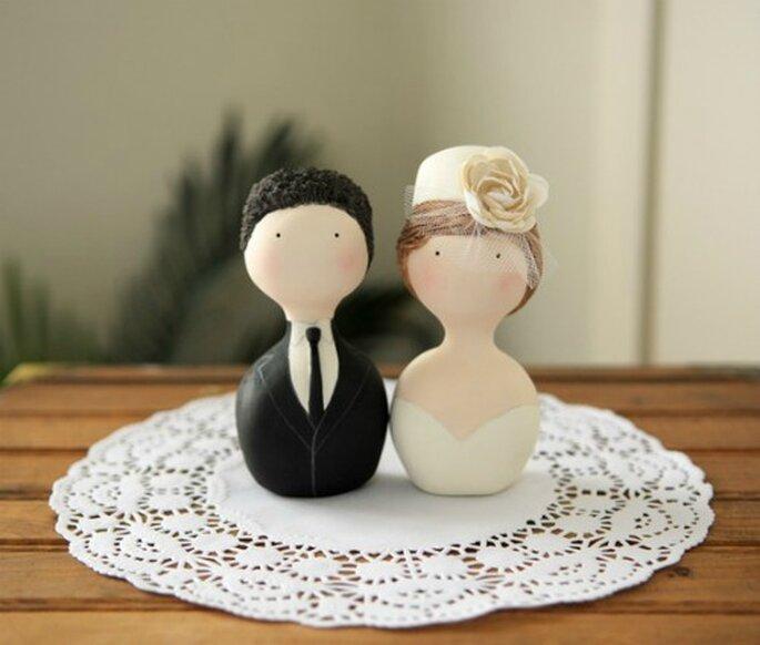 Les cake toppers subliment la pièce montée et le wedding cake. Source : Intimate wedding