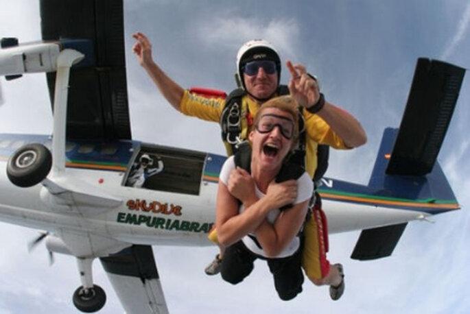 Si siempre soñaste tirarte en paracaídas con tu amado, prueba el salto en tándem desde 3.000 metros de altura