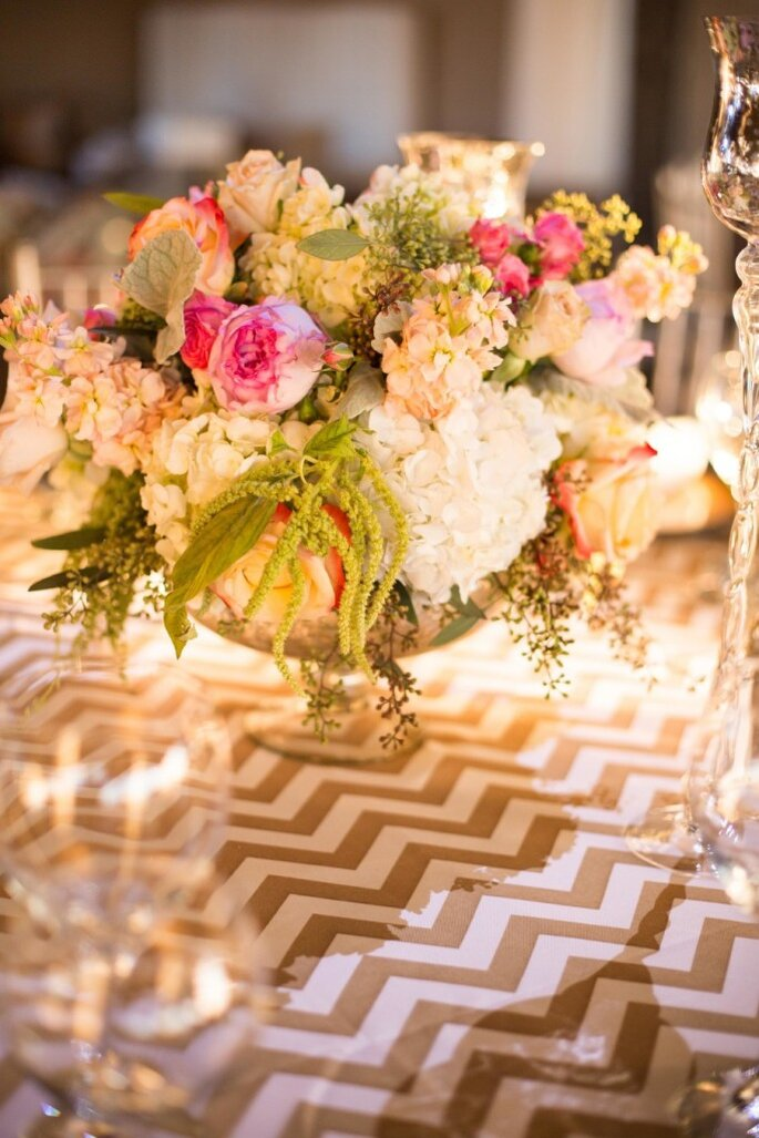 El chevron llega para vestir de gala las mesas de tu boda. Foto: Hannah Persson Photography