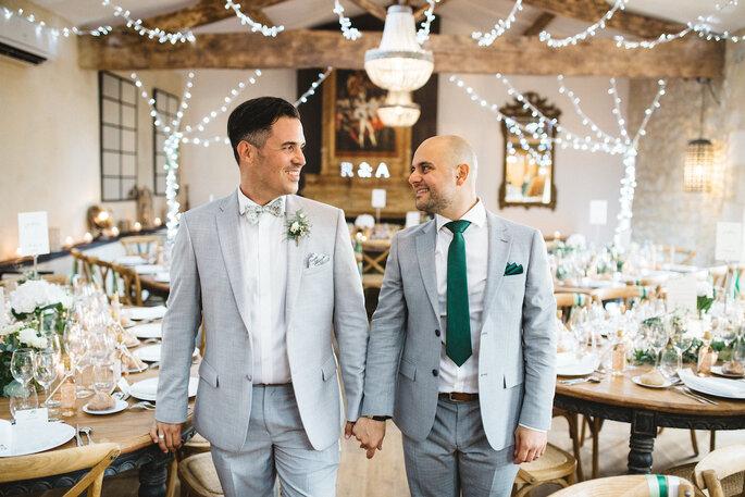 Un couple de mariés à sa réception de mariage