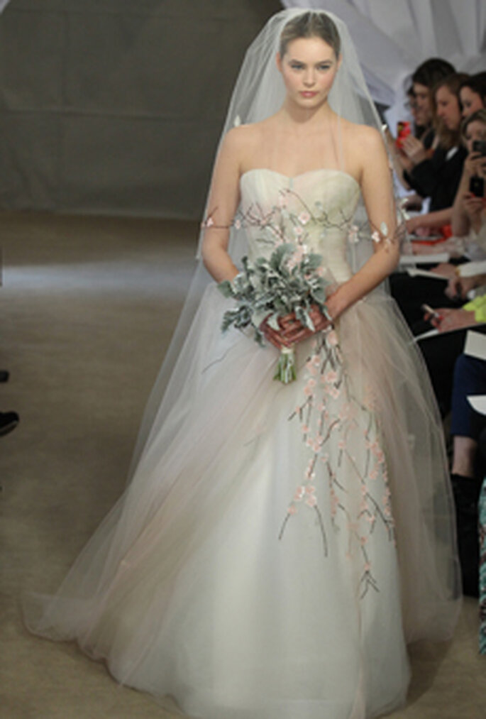 Verspielt und romantisch zeigen sich 2013 die A-Linien Brautkleider – Foto: CAROLINA HERRERA