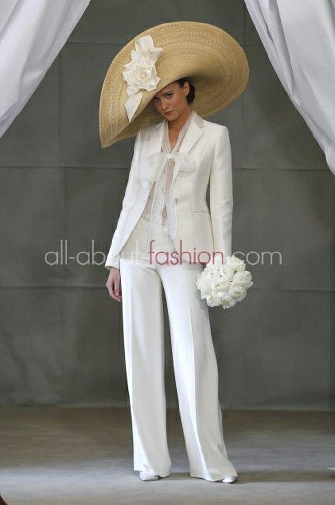 Hochzeitsoutfit einmal anders – im Herbst darf es auch das weiße Kostüm sein. – Foto:Carolina Herrera
