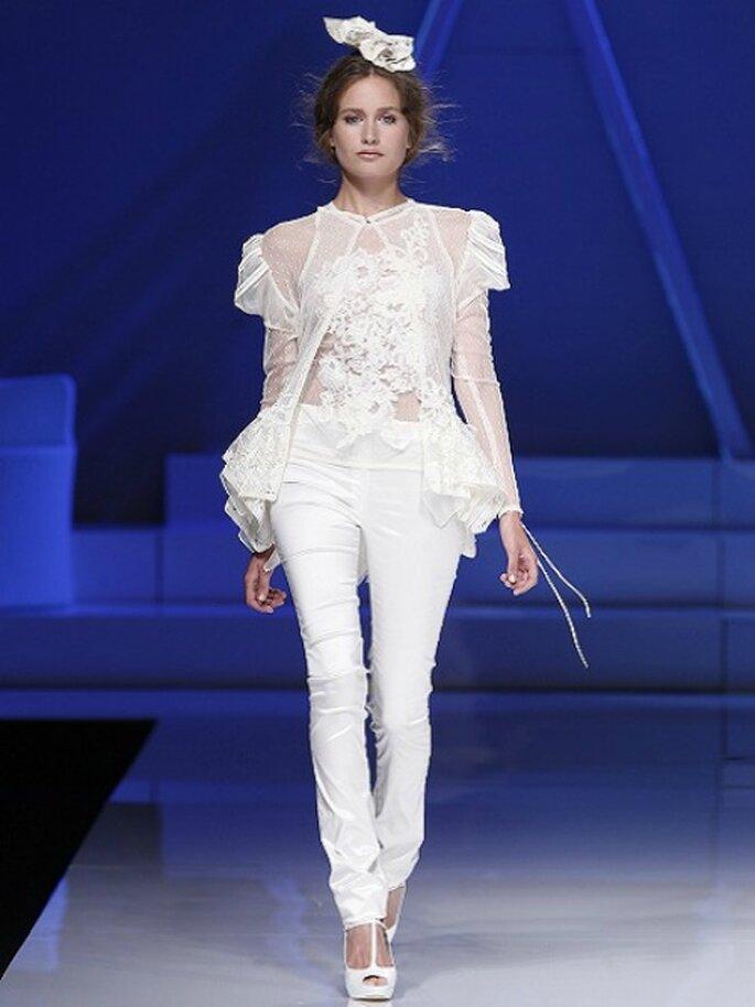Chi l'ha detto che una sposa non può indossare i pantaloni? Yolan Cris nella sua Collezione 2013 li rende perfetti per la cerimonia! Foto Barcelona Bridal Week