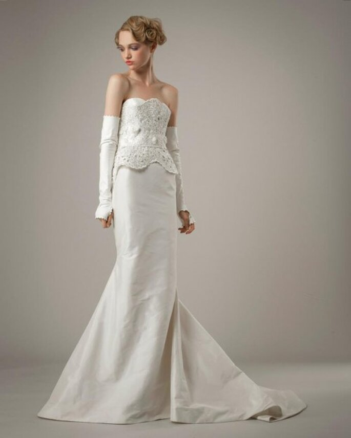 Vestido de novia en color blanco corte sirena, silueta peplum y escote strapless - Foto Elizabeth Fillmore