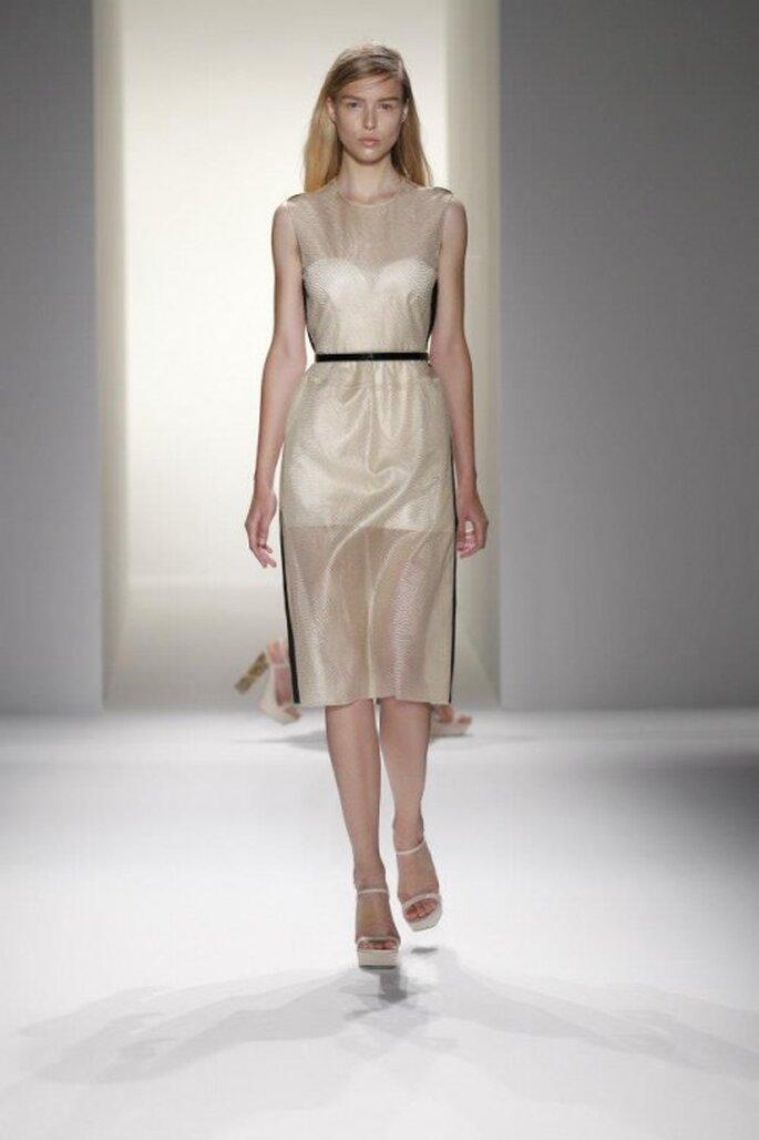 Vestido de fiesta en color blanco con transparencias y color negro en los bordes y en el detalle en al cintura - Foto Calvin Klein