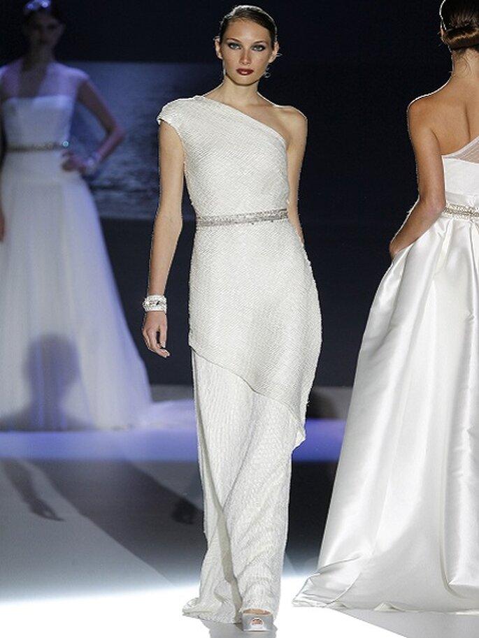 Abito monospalla fasciante con taglio asimmetrico e cintura gioiello in vita. Jesus Peiró Collezione 2013 Foto Barcelona Bridal Week