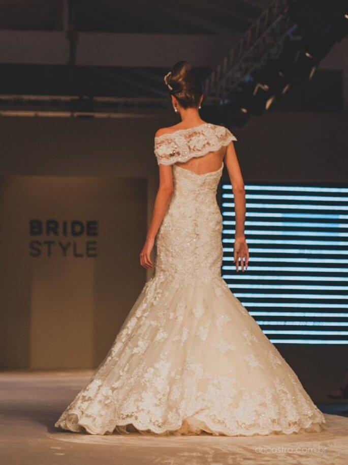 Lindo vestido de noiva da Bibi Barcellos com acabamento muito especial nas costas. Foto: Dri Castro