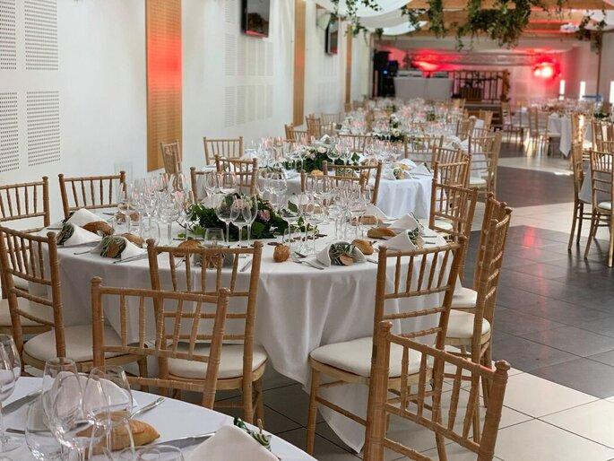 Une salle bien décorée pour un mariage bohème-chic